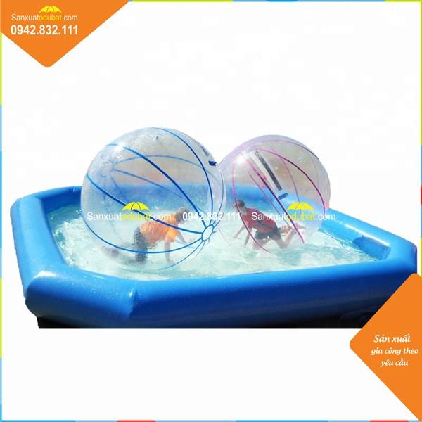 Chơi bóng đi bộ trong bể bơi
