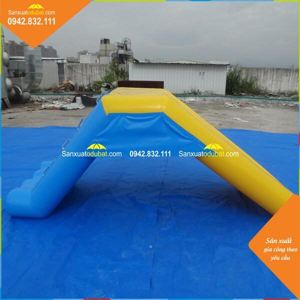Cầu trượt xanh vàng cho bể bơi