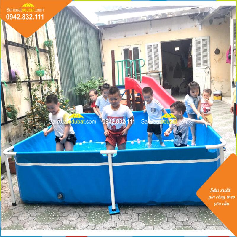 Các bé vui đùa cùng bể bơi mini